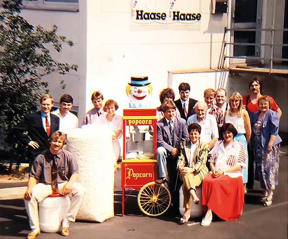 Das Haase-Team vor dem Firmengebäude in Rosbach, 1992