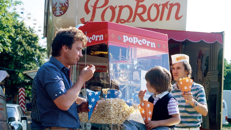 """Helmut Haase mit der ersten eigenen Haase-Popcorn-Maschine """"Orion"""" auf dem Wäldchestag in Frankfurt, 1984"""