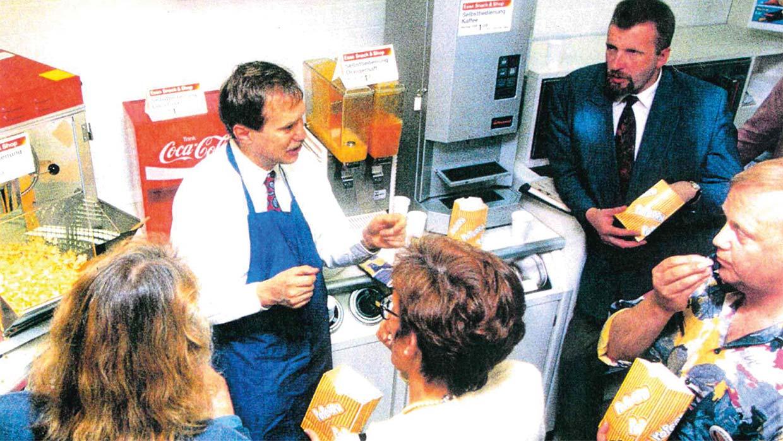 Helmut Haase schult die Esso-Tankstellen-Betreiber in Hamburg, 1995
