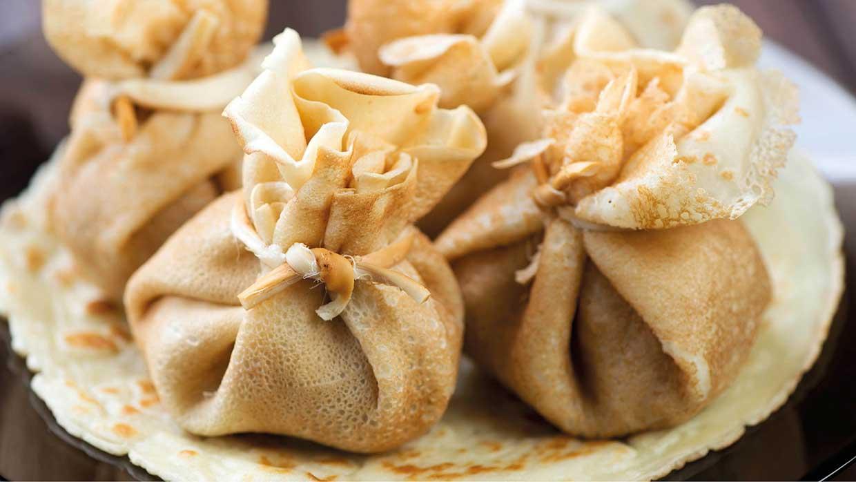Nicht nur was fürs Auge: Die gefüllten Crêpes-Taschen. Foto: fotolia