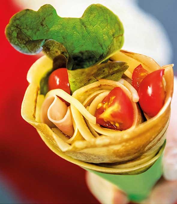 Tomaten, Salat, Käse und Schinken zeichnen die herzhaften japanischen Crêpes aus.