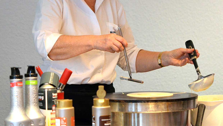 Etwas Übung und eine gewisse Fingerfertigkeit sind beim Drehen des Teiges auf der Crêpes-Platte gefragt