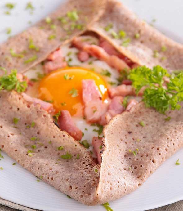 Essen, wie Gott in Frankreich: Galettes mit Schinken und Ei, verfeinert mit Petersilie. Foto: shutterstock